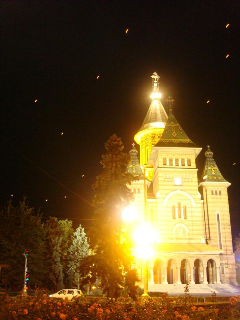 Catedrala și câteva zeci de lampioane lansate pe cerul nopții